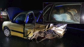 Otřesná nehoda u Jíloviště: Řidič měl skoro dvě promile v žíle a dvě malé děti v autě
