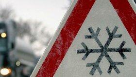 Silnice jsou kluzké a namrzlé. Východ Česka zasáhlo sněžení, sledujte radar Blesku