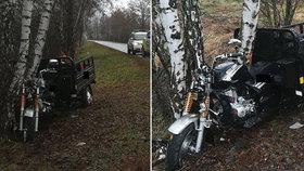 Muž se zabil na tříkolce. Narazil s ní do stromu