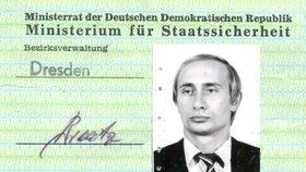 Němci našli Putinovu průkazku Stasi. Agent KGB díky ní mohl nabírat špiony v NDR