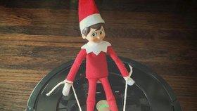 Vánoční elf a jeho tajná dobrodružství. Tyhle fotky zaženou všechny chmury!