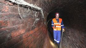 Kontrola stoky: V pražském podzemí se odhalují havárie, pomáhá i umělá mlha