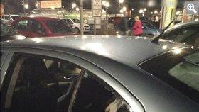 Matka nechala kojence v autě a odešla: Dítě se začalo dusit, život mu zachránili strážníci