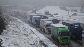 Sníh udělal z dálnice D1 parkoviště. Řidiči jsou hodiny uvěznění v kolonách