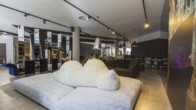 Pohádkově hravou expozici nábytku Spazio Edra se spícím ledním medvědem je možné zhlédnout exkluzivně v showroomu Decoland