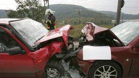 V Plzni na Roudné se čelně srazila dvě auta: Oba řidiči se vážně zranili!