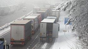 Konec kamionů v levém pruhu dálnice? Sporný zákaz už dorazil do Sněmovny