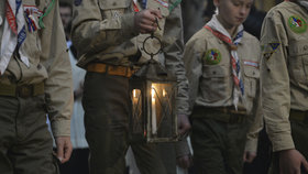 V chrámu svatého Víta zažehli betlémské světlo: Světlo z Betléma do katedrály přinesli skauti