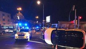 Luxusní SUV skončilo po srážce na boku: Nehoda blokovala dopravu na křižovatce v Krči