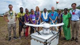 Na odlehlý ostrov dopravil vakcíny dron. Čekalo na ně 13 dětí a pět těhotných