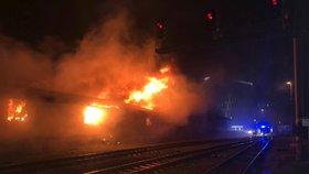 Na nádraží ve Veleslavíně hořelo. Není to poprvé, v lokalitě se zdržují bezdomovci
