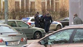 V Karlíně se střílelo! Zfetovaný řidič ujížděl v kradeném autě. Honička skončila nehodou