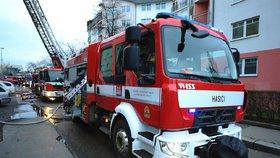 Dopravní komplikace na Smíchově: Kamion strhl strom. Kmen se zaklínil, hasiči ho museli rozřezat