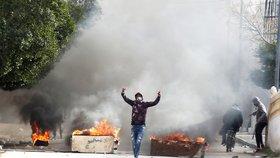 """""""Zapálím se,"""" vzkázal novinář bojující proti chudobě. Po jeho smrti propukly nepokoje"""