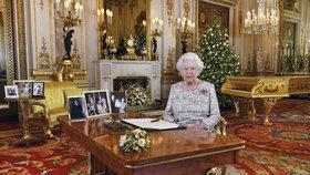 Zlaté piano, zlaté hodiny, zlatý krb a slova o chudobě. Královna to schytala za své poselství