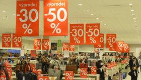 Láska Čechů ke slevám: Mánie pokračuje, v akci jsme loni koupili přes polovinu zboží