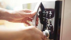 Mikrovlnka neumí jen ohřívat! 10 skvělých triků, které jste doteď neznali