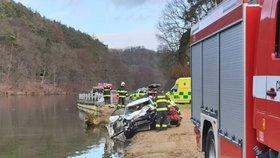Auto s posádkou vjelo na Mělnicku do rybníka: Jednoho vytáhli potápěči, další hledají ve vodě