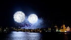 Světelná show rozzářila pražské nebe! Novoroční ohňostroj připomněl sametovou revoluci