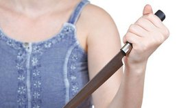 Žena na muže vzala nůž: Podezřívala ho z nevěry. Vyhrocenou hádku rodičů utnul syn, když zavolal policii