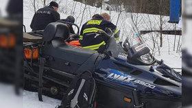 Ani helma mu nepomohla! Lyžař (16) v Deštném skončil v bezvědomí po nárazu do stromu
