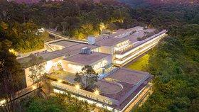 Chlapec (16) v miliardovém sídle scientologů pobodal dva lidi, jeden zemřel