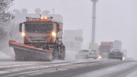 Dálnici D1 znovu zastavil sníh. Sypače na Vysočině musela doprovodit policie