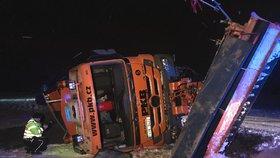 Nehoda sypače v Libni: Převrátil se na bok, řidič se nemohl z auta dostat ven