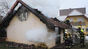 V Radotíně hořel dům s pergolou. Hasiči živel dostali pod kontrolu za půl hodiny