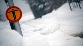 Rakousko a Německo pod přívaly sněhu: Zavřené školy a smrtící laviny
