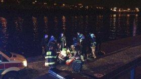 Mladík (19) se chtěl zabít, pak volal o pomoc: Z ledové Malše ho zachránili policisté