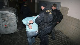 Mela v obchodě: Útočnice bez roušky napadla prodavačku, sebrala jí brýle a shodila kasu