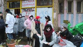 Boj o Kliniku, den druhý: Hrstka aktivistů zůstává na střeše. Exekutor pokračuje ve vyklízení