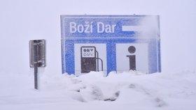 Kalamitu vyhlásil Boží Dar. Na silnicích je ledovka a sníh, potíže byly i v Praze