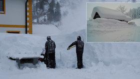 Lyžaři pozor, přívaly sněhu uzavřely oblíbená střediska. Co se zmařenou dovolenou?