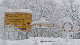 Obce odříznuté od zbytku světa a laviny. Rakousko a Bavorsko bojují s přívaly sněhu