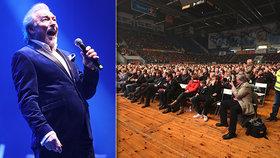 Gott po nemoci hlásí návrat! Na odloženém koncertě ho obklopily fanynky z Německa