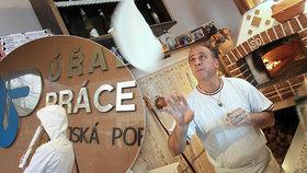 Nezaměstnanost v Česku klesla. Zájem je o řemeslníky, skladníky i uklízečky