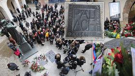 Jana Palacha připomíná v Karolinu pamětní dlaždice. Její míry i hmotnost symbolizují důležité roky