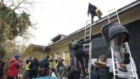 Exekutor předal budovu Kliniky SŽDC. Po aktivistech chce náklady, mohou přesáhnout 100 tisíc