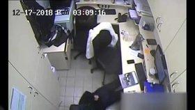 Brutální záběry přepadení v Praze 10: Lupiči na ženu mířili pistolí, pak ji hodili na zem a svázali