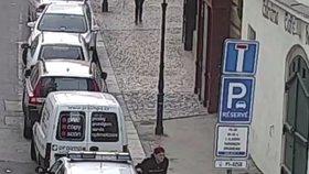 Vandalové demolovali policejní auto! S úsměvem ulomili zrcátko, skákali po střeše a natáčeli se