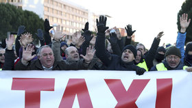 Zapálené popelnice, blokáda: Tisíce taxikářů v Madridu vyjelo do ulic