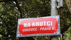 Značka ověšená jako stromeček zmizela. Ulice Na Krutci v Praze 6 je zase obousměrná