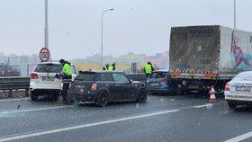 Hromadná nehoda na Pražském okruhu: Bourala tu tři auta a náklaďák