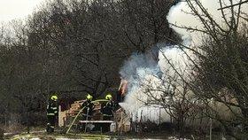 Požár karavanu v Troji: Muž se nadýchal kouře, za událostí stojí nedbalost