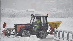 Morava pod sněhem: Desítky nehod, zpoždění v MHD a 240 tun soli na silnicích v Brně