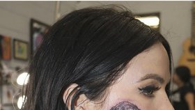Krásná zpěvačka si na tvář nechala vytetovat svůj idol! Ta tomu dala!
