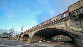 Hlávkův most rozvibruje speciální přístroj: Testování nenaruší provoz aut, chodci ale neprojdou