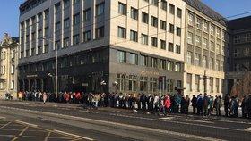 Nekonečná fronta na nové dvacky v Ostravě: Někteří v mrazu čekali už od půl páté ráno